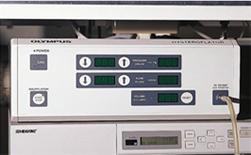 Σχήμα 4. Εμφυσητής CO2 για υστεροσκόπηση με ταχύτητα ροής που μπορεί να ρυθμιστεί ξεχωριστά (μεγ. 100 ml/min) και ενδομήτρια πίεση (μέγιστη 200 mmHg) (Olympus, Αμβούργο, Γερμανία).